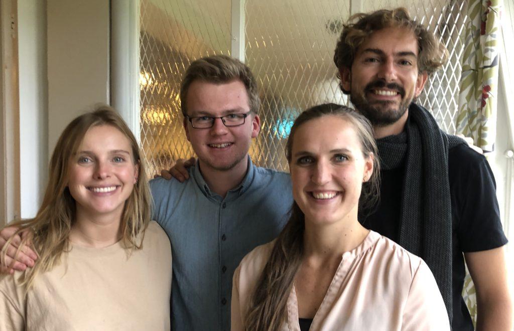 Martha og Lars Kristian er elever på henholdsvis Rødkilde højskole og Solbakken folkehøgskole. Jacob og Siri er lærere på de to skolene.