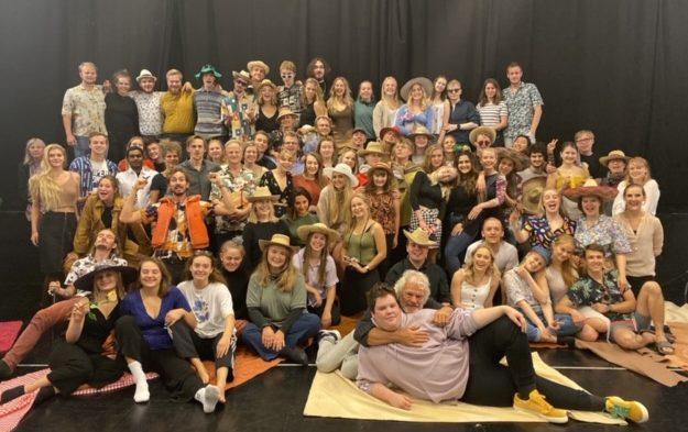 Elevene ved Teaterhøjskolen Rødkilde er litt eldre enn elevene ved Solbakken folkehøgskole, men de hadde mye å lære av hverandre i den uken de var sammen. Bilde Siri Thorson