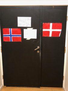 Det er danske og norske flagg flere steder på skolen for å markere at Teaterhøjskolen Rødkilde og Solbakken folkehøgskole jobber sammen