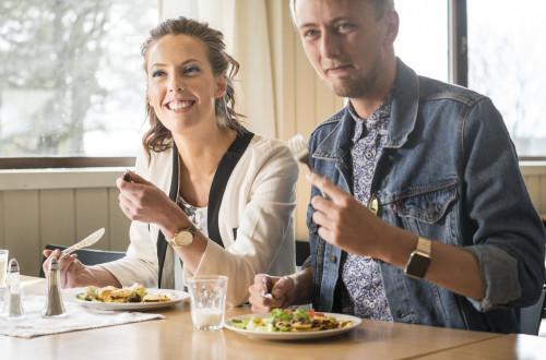 En jente og en gutt i spisesalen