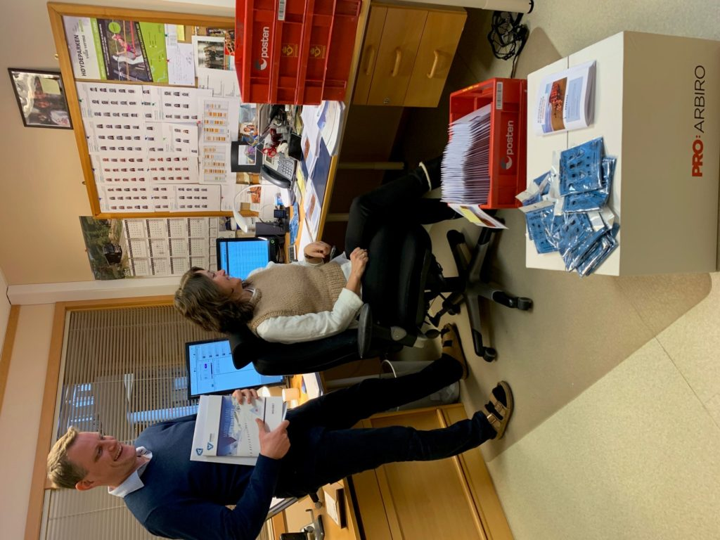 Rektor Arnt Ole Grimstad og kontorfullmektig Bodil Muren Voldsund ved Sunnmøre folkehøgskule er i full gang med å lese alle søknadene som allerede har kommet inn.