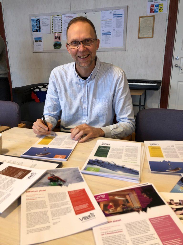 Rektor Kjetil Bruvik ved Voss folkehøgskule er klar til å skrive under på tilbudsbrev til spente ungdommer. Kanskje du er en av dem?