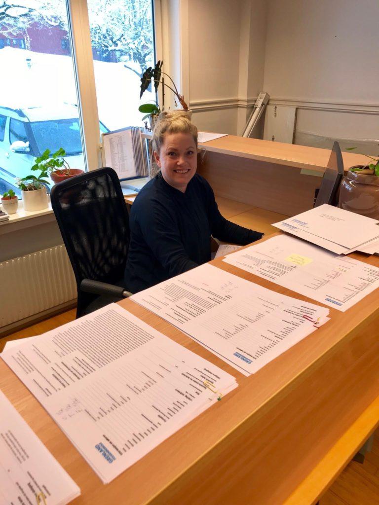 Heidi Pynten Frostad på Grenland folkehøgskole er en av mange folkehøgskoleansatte som har travelt med å lese alle de søknadene som allerede har kommet inn.