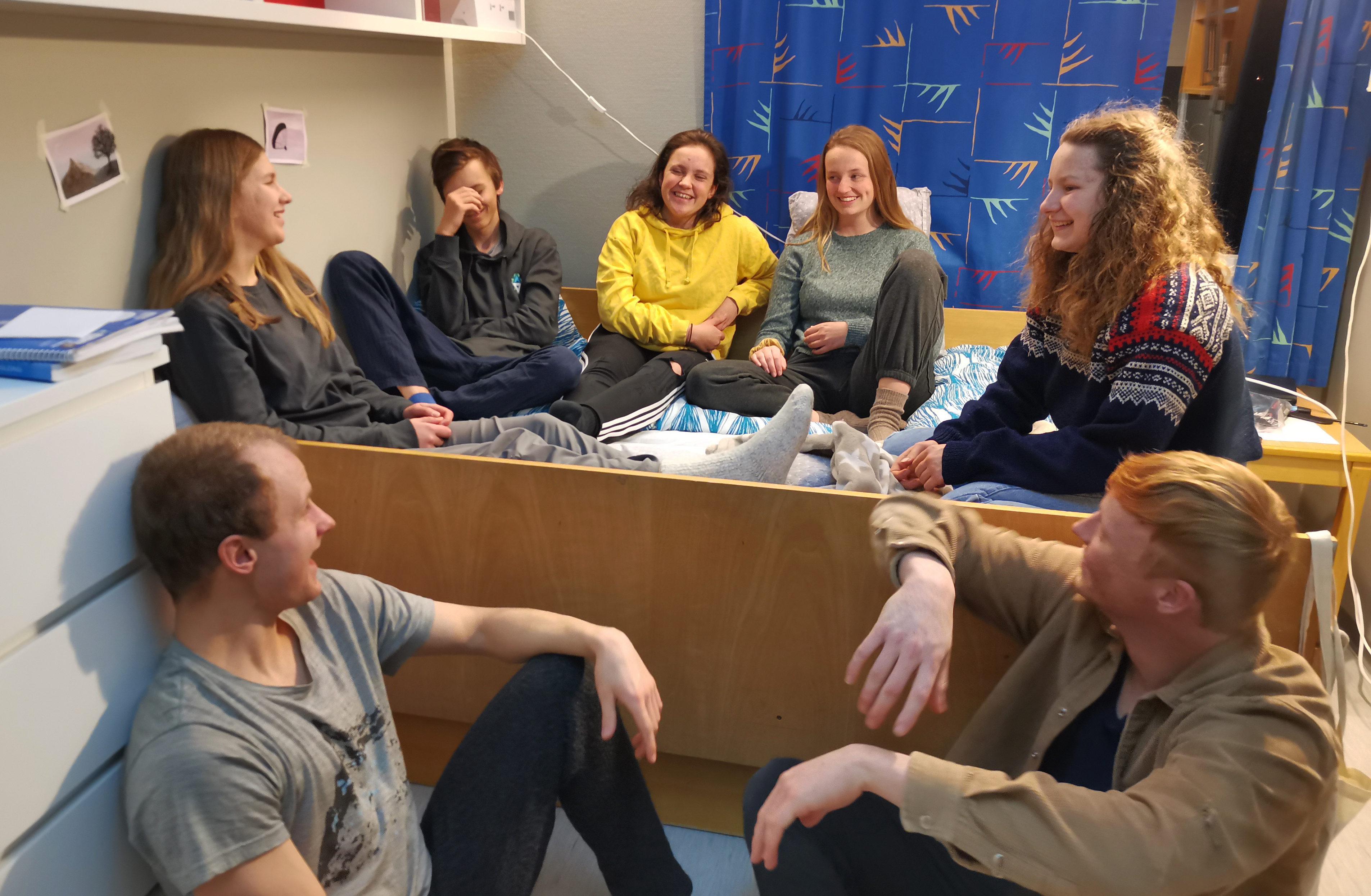 Folkehøgskole er muligheten for å sosialisere, klemme, lære, oppleve, utfordre, le, diskutere – sammen med andre! Bilde: Folkehøgskolen Nord-Norge