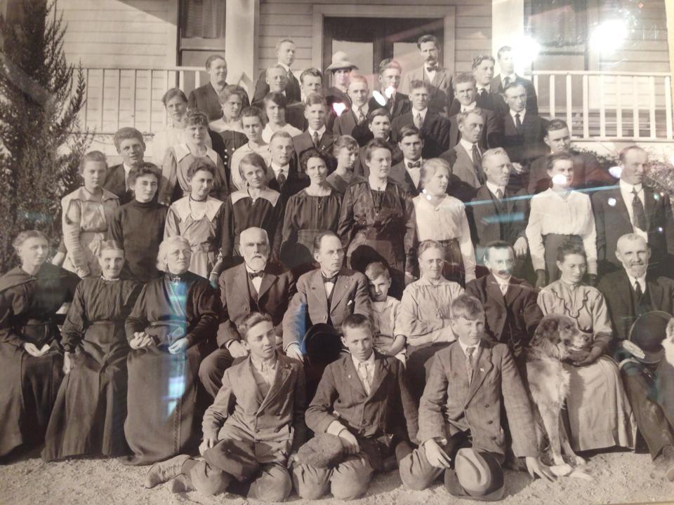 Lærere og elever ved Atterdag Folk High School. Bildet er tatt på en utstilling i Solvang, California