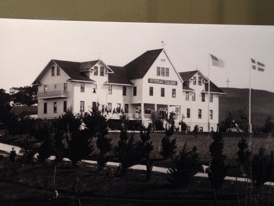 Atterdag Folk High School i Solvang i California. Bilde tatt på en utstilling på bymuseet i Solvang
