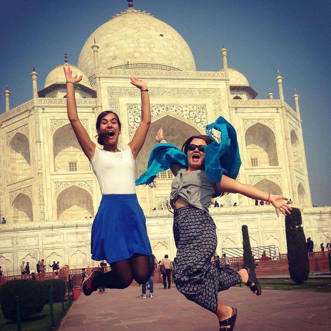 Bilde av to jenter foran Taj Mahal
