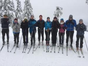 Når det er snø så drar en gruppe elever ut på skitur.