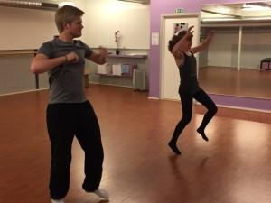 Bror og Marianne danser hver fredag. Her er dansetimen egentlig slutt, men til ære for fotografen så tar de et par ekstra dansetrinn