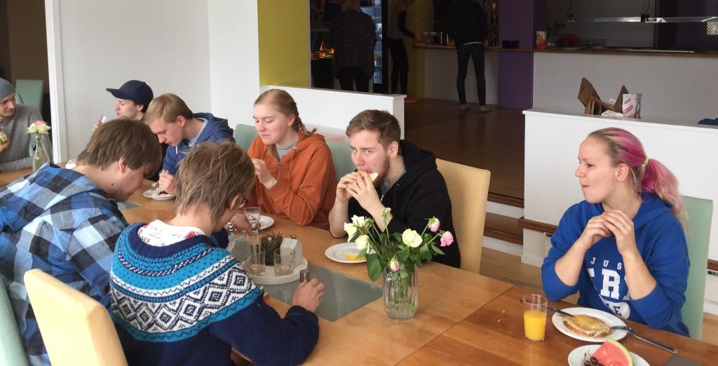 Hvis elevene vil endre på møblene i spisesalen, fordi de vil spise på en annen måte, så endrer de på møblene i spiserommet.