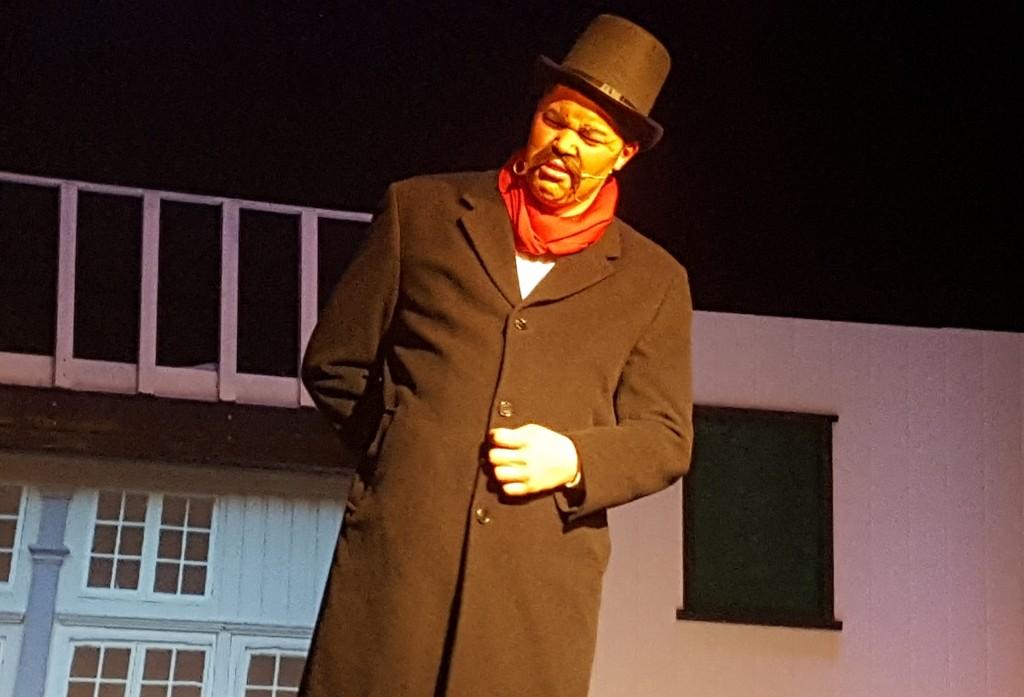"""Kevin spilte rollen som stykkets """"badguy"""", som ordfører og prest i byen."""