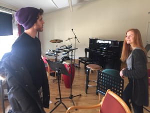 Tage og Juliane viser fram ett av musikkrommene på Seljord folkehøgskule