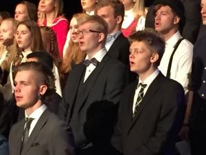 På avslutningen på Follo folkehøgskole sang Tomas sammen med alle de andre elevene