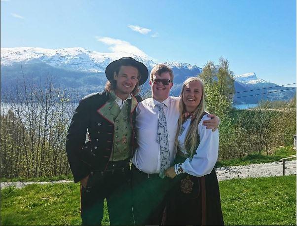 «Disse unike og annerledes ungdommene har fått tett oppfølging, ett helt hav av omtanke og omsorg fra dere alle på skolen.», skriver Håkan om sønnens år på Nordfjord folkehøgskule.