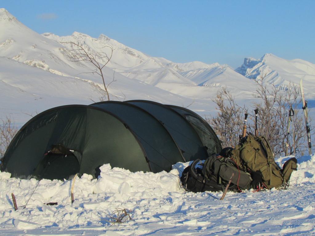 Studieperioden starter med et forkurs i Alta. Deltakerne skal bli kjent med hverandre, og undervises i kuldetrening, førstehjelp og utstyrsprepping. Som forberedelse til tre måneder i Alaska må de også gjennom skredkurs.