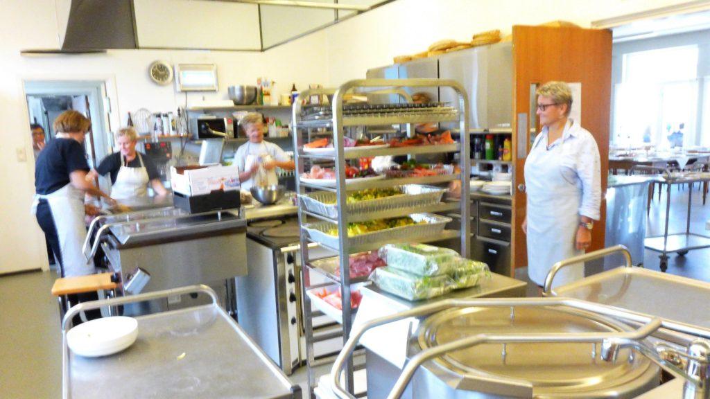 Tre damer på storkjøkken lager mat
