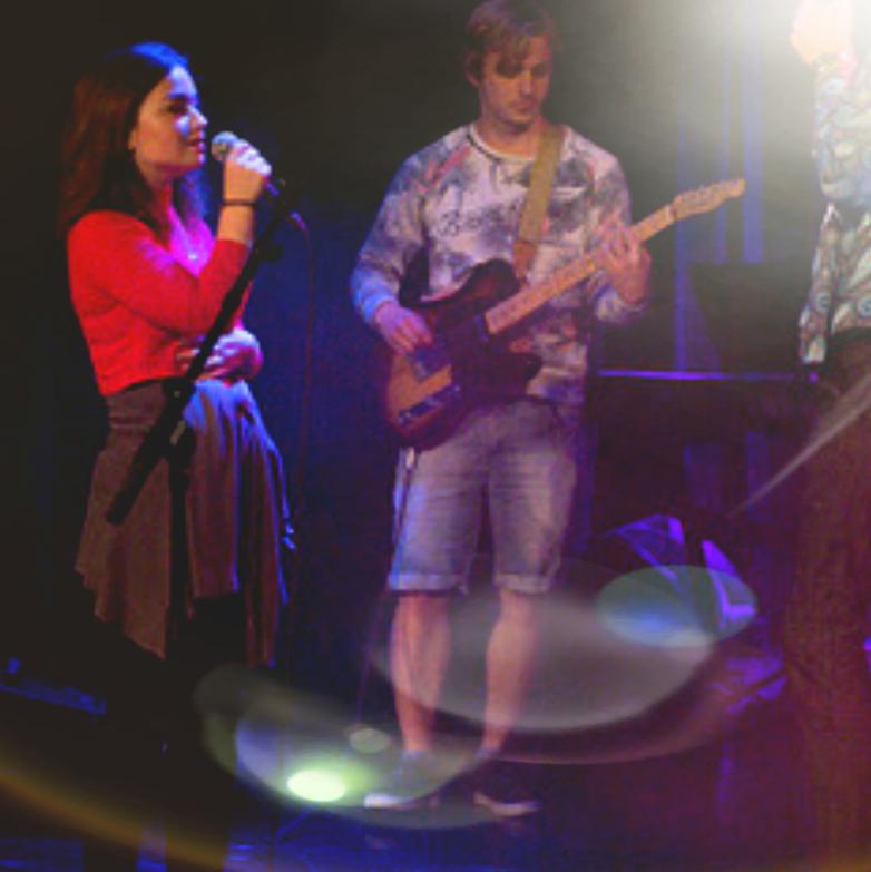 Jente synger og gutt spiller gitar