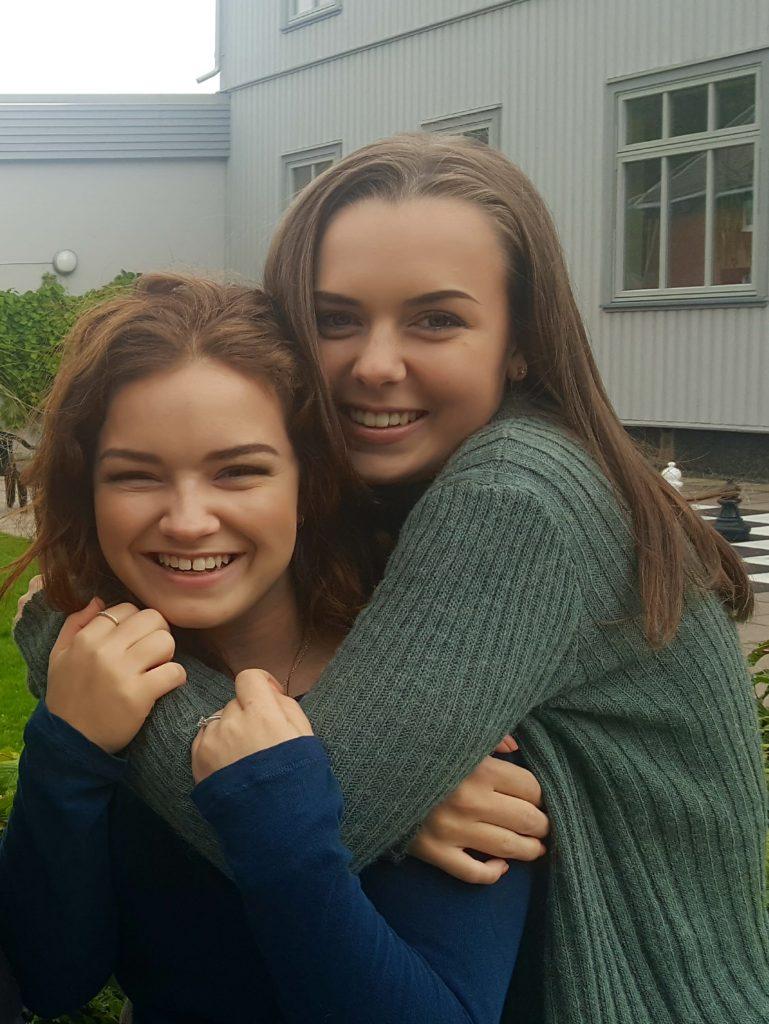 To jenter holder rundt hverandre