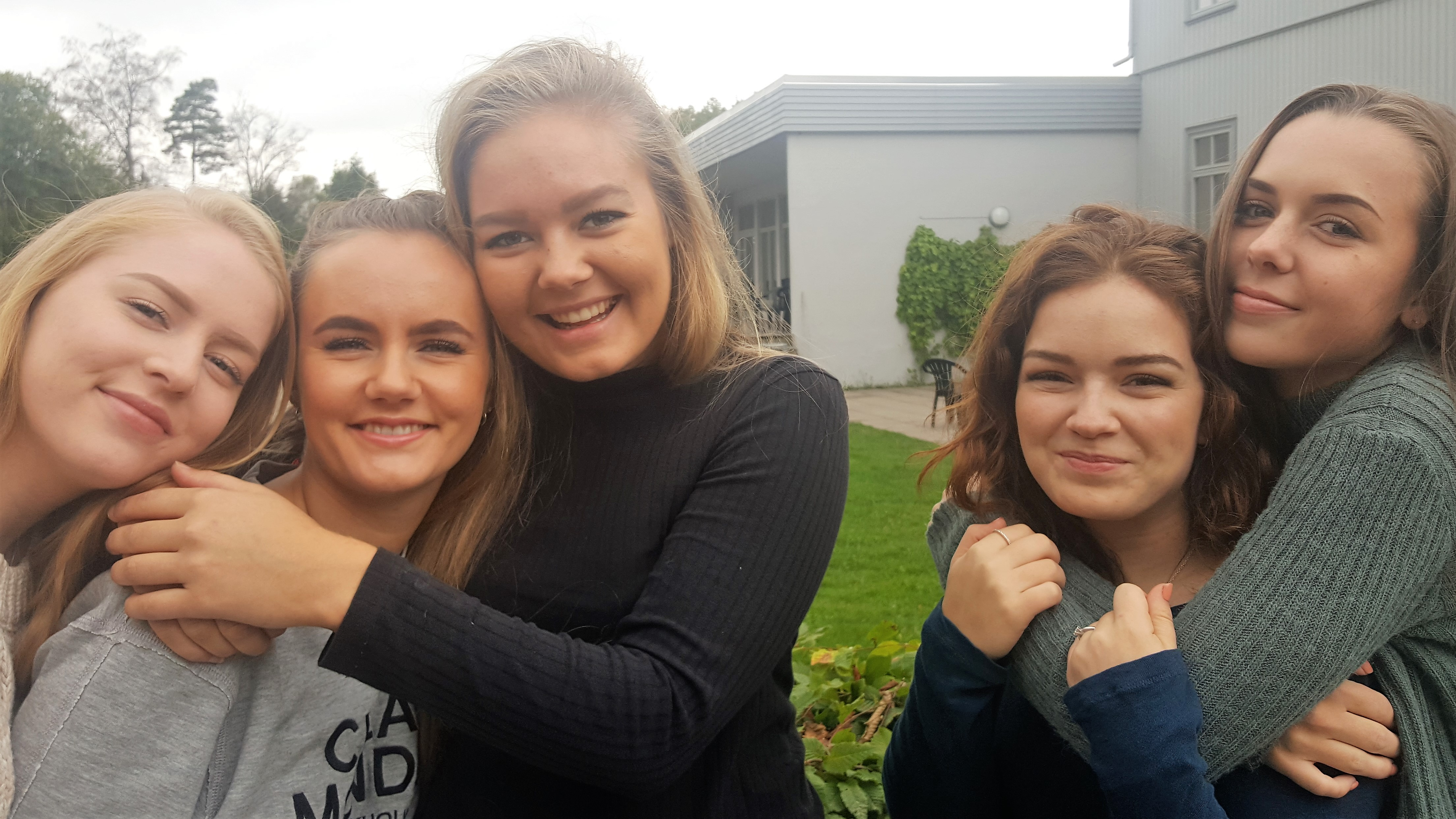 Fem jenter på Skiringssal folkehøgskole