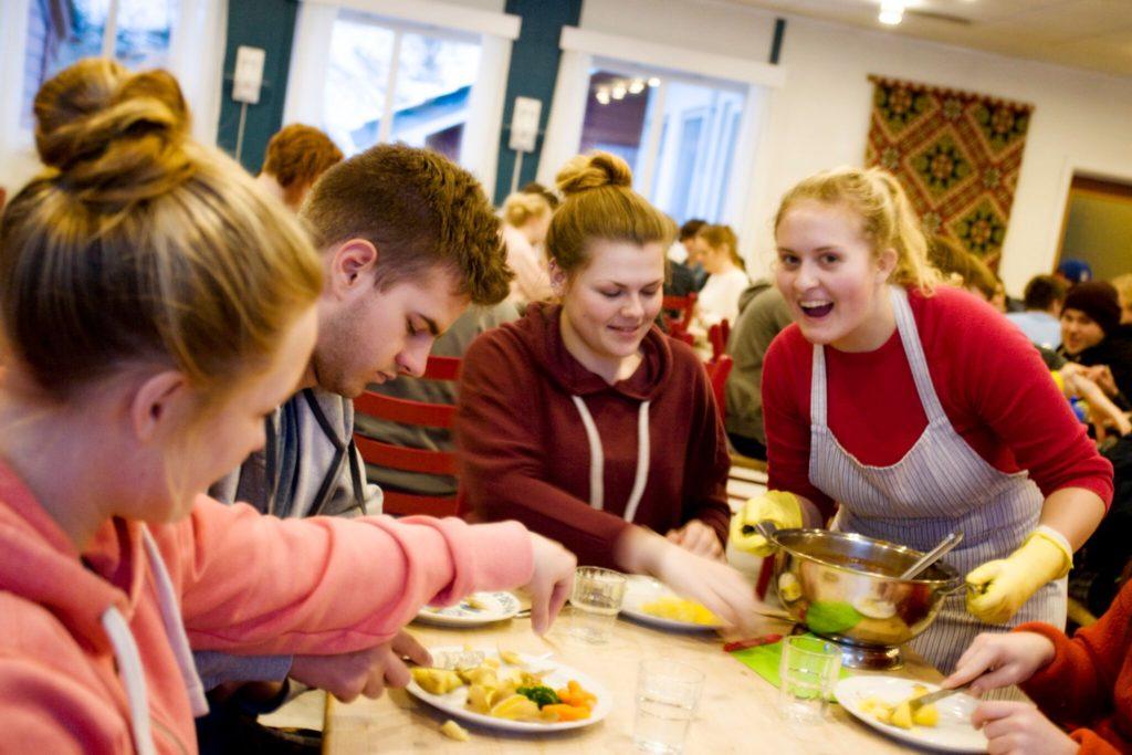 fellesskap måltid folkehøgskole matsal