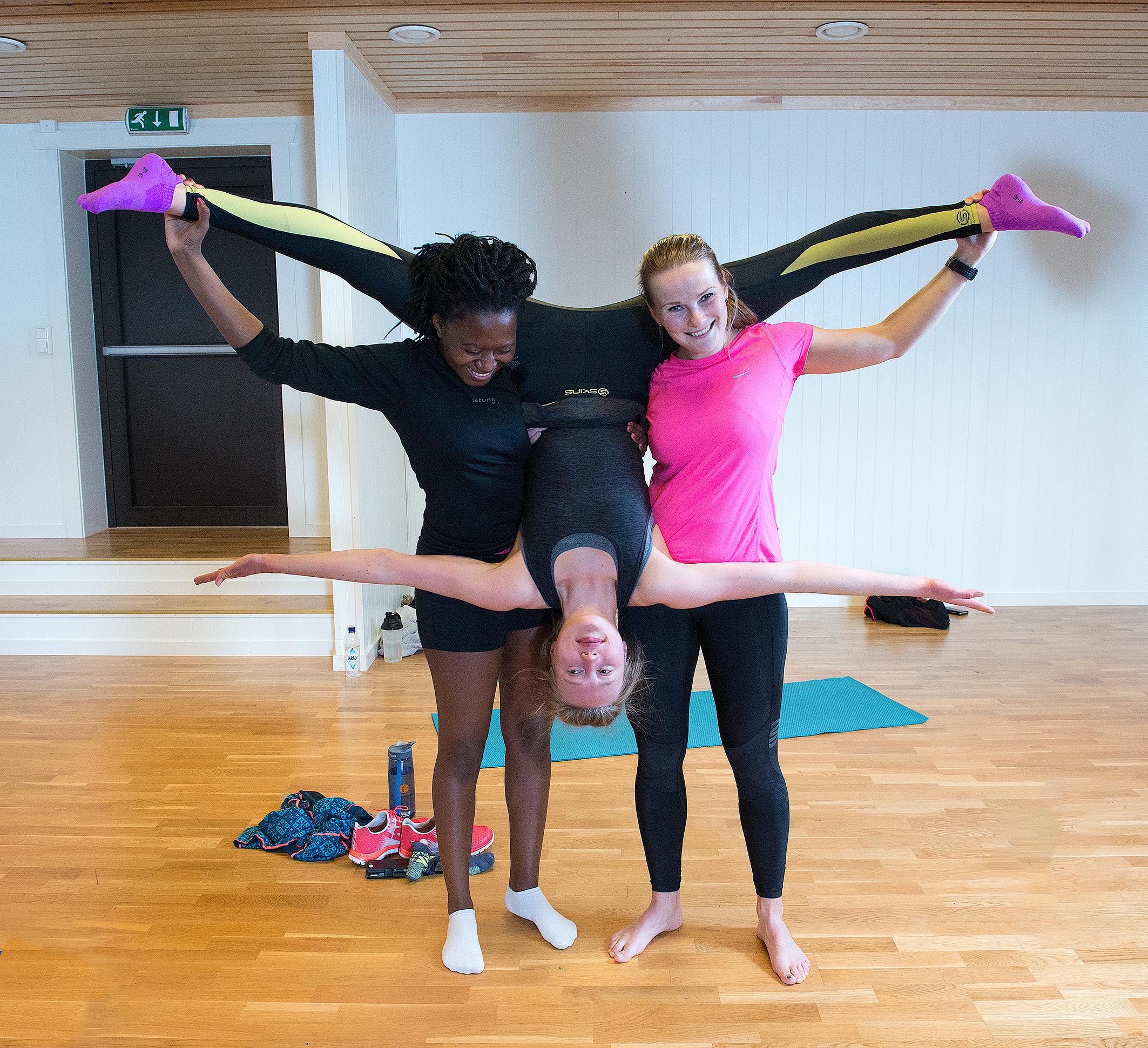 Tre jenter i gymnastikksal