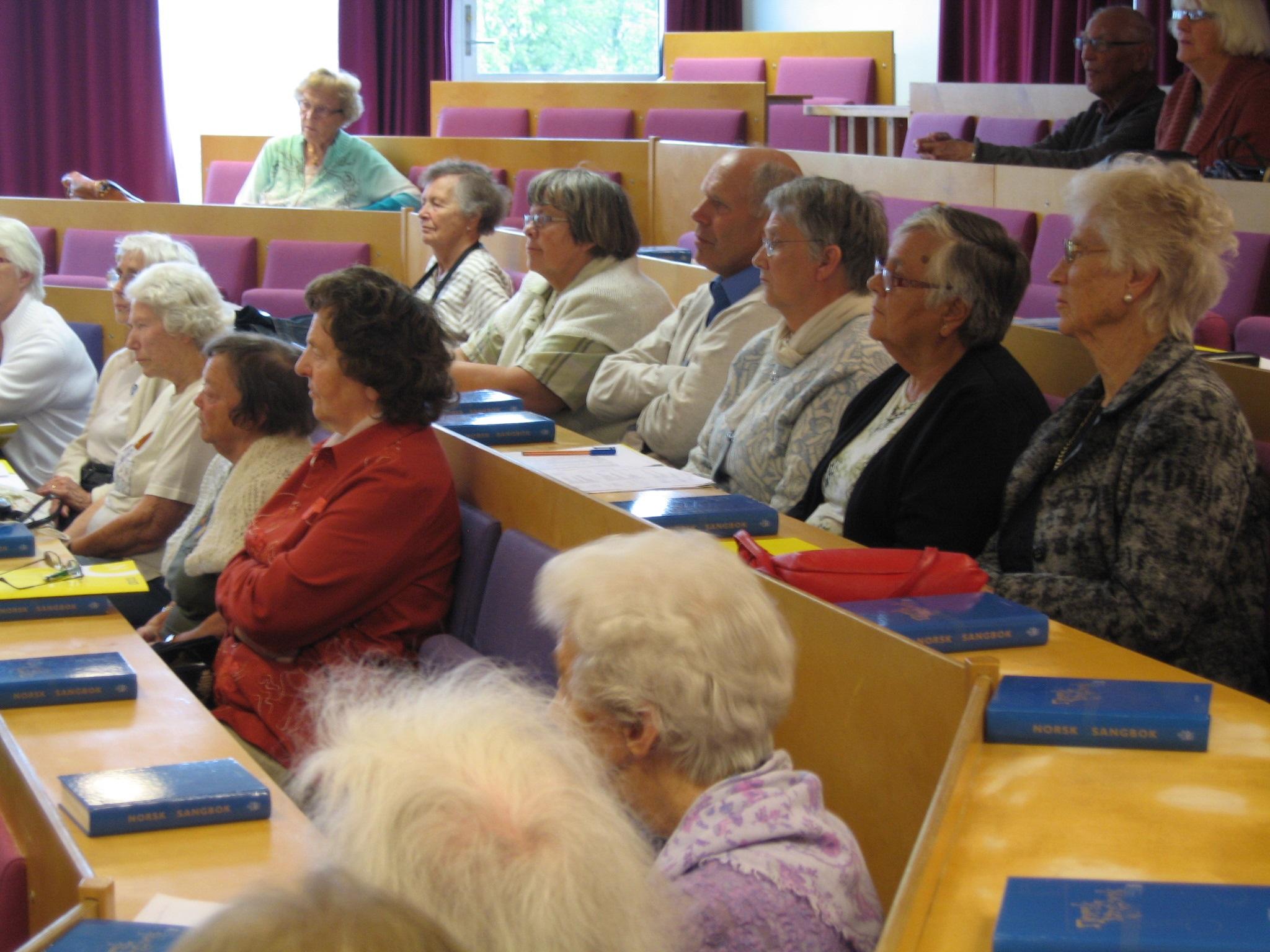 Eldre mennesker i et klasserom