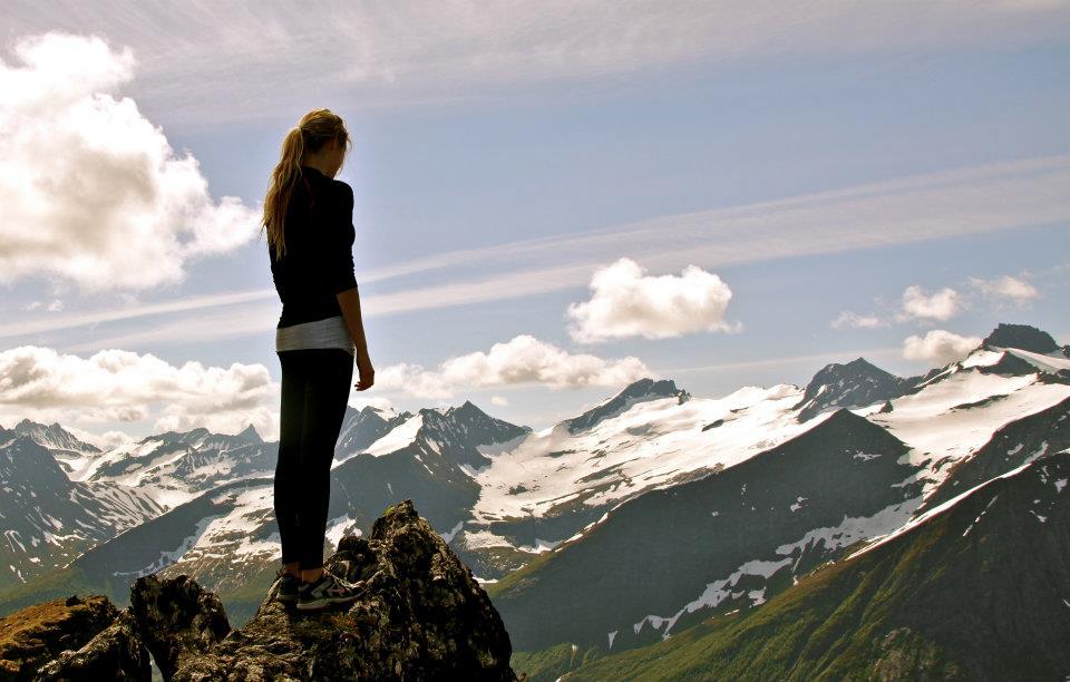 Ung kvinne på en fjelltopp
