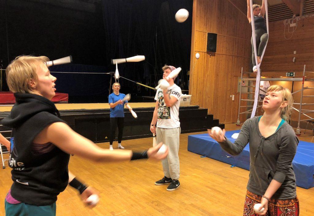 Unge voksne sjonglerer i en gymsal