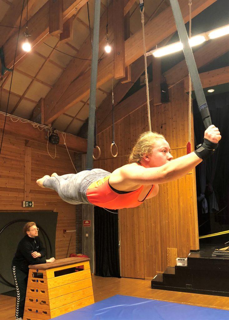 Jente, gymsal, akrobatikk, luftsport