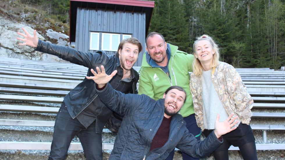 Fire personer. Tre menn, en kvinne. Bjørneparken i Flå.