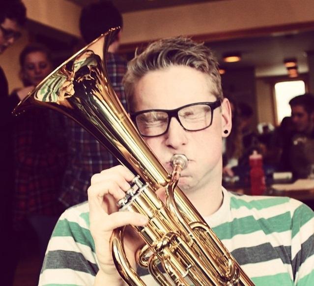 Gutt spiller tuba på folkehøgskole