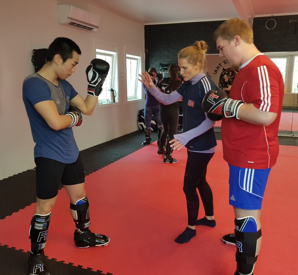 Thea Næss trener kickboksing Skogn folkehøgskole