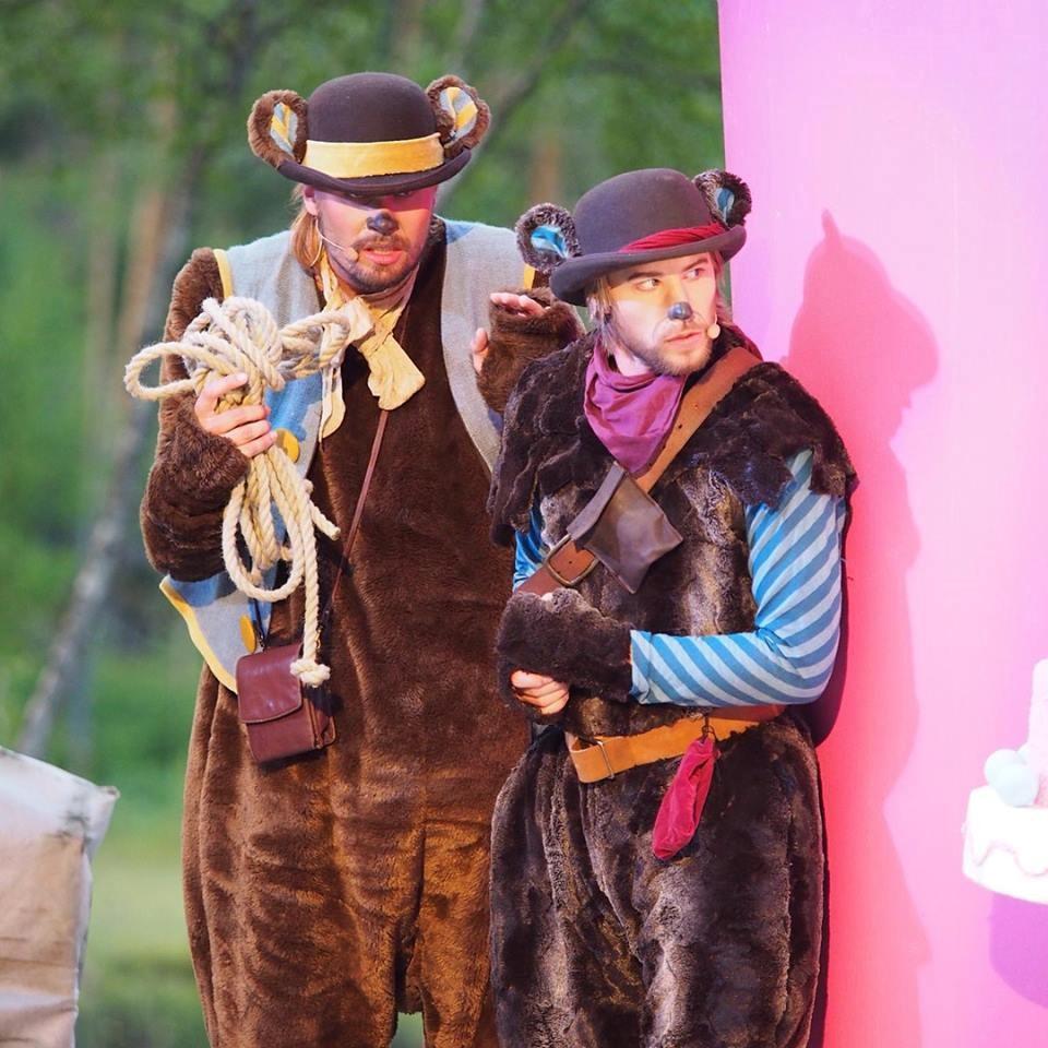 To skuespillere i bjørnekostyme