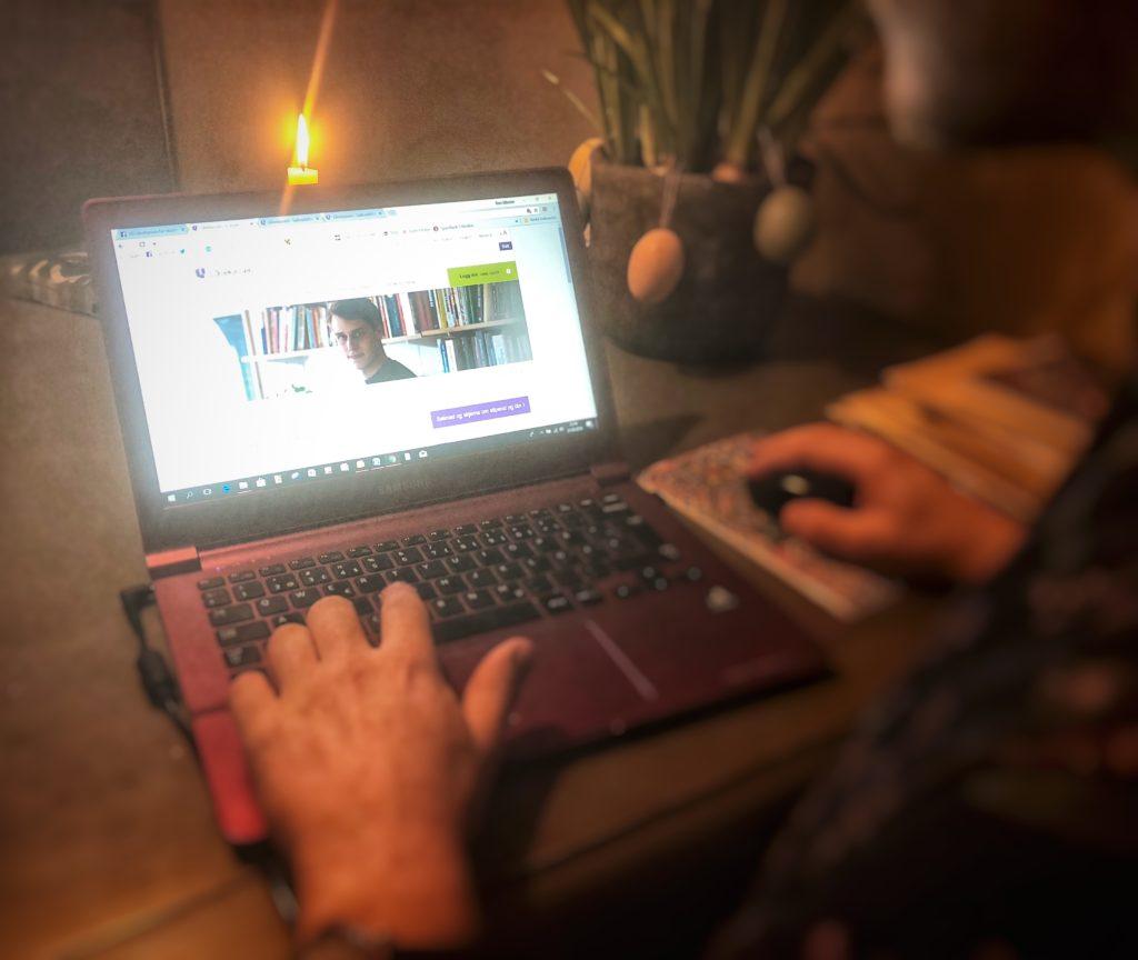 Gutt sitter ved PC, søker Lånekassen