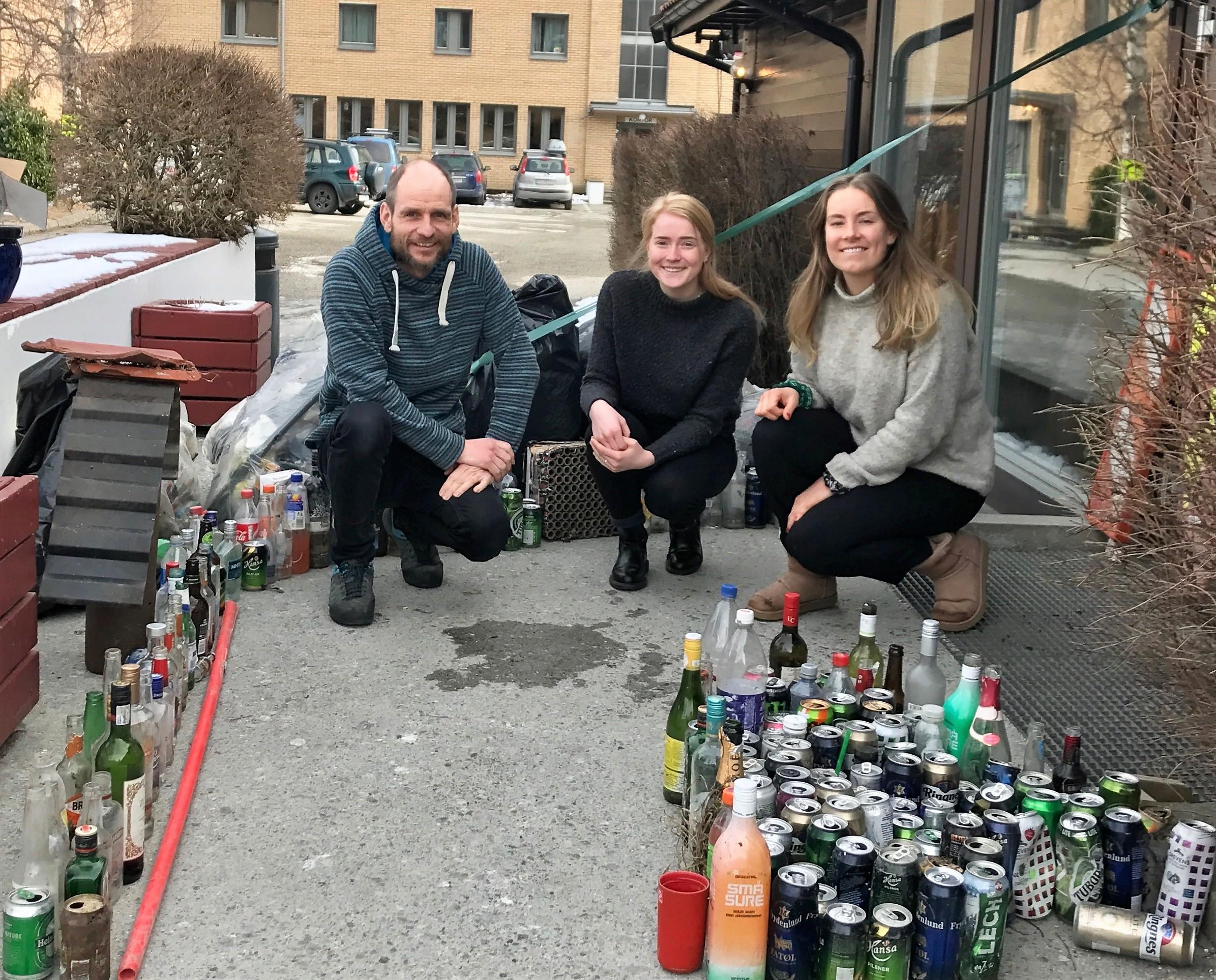 To jenter, elever intervjuer rektor ved Sogndal folkehøgskole om bærekraft.