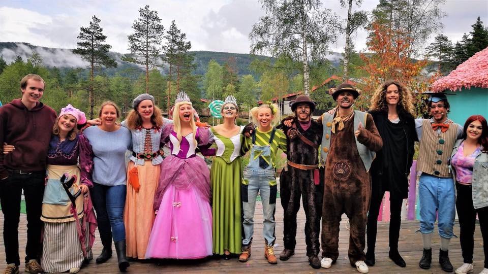 Skuespillere i Bjørneparken i Flå.
