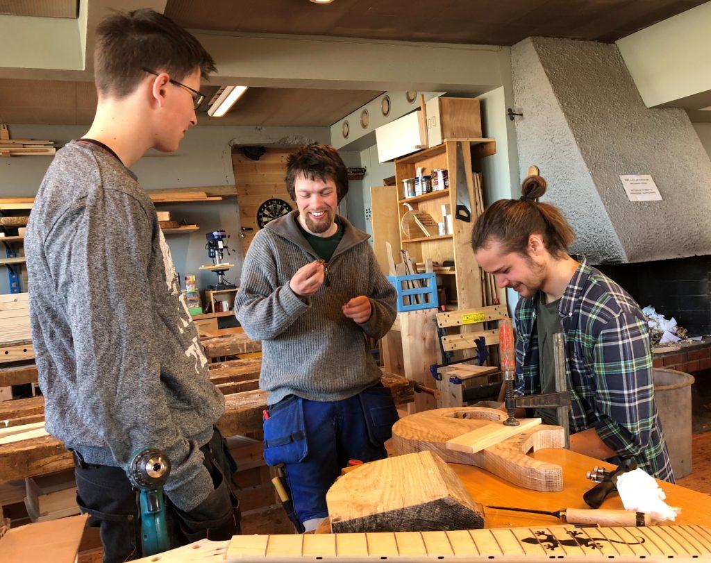 Tre unge menn, håndverkere, bygger, treverk, Fosen folkehøgskole