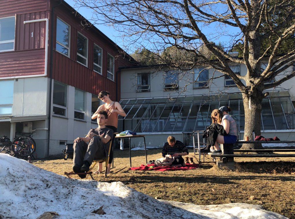 Elever, unge mennesker, Fosen Folkehøgskole, klipper hår, strikker, reparerer ting.