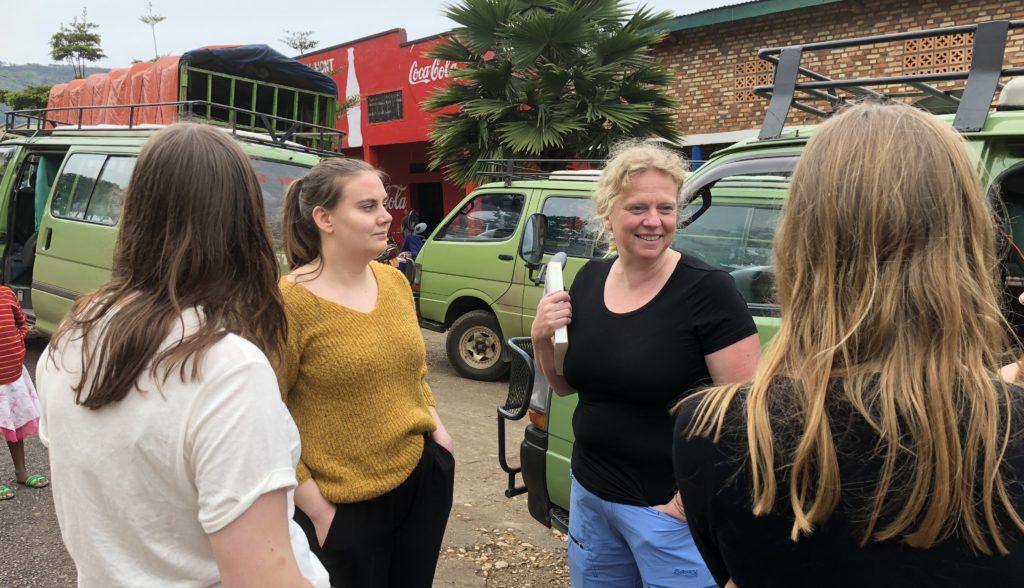 Rektor Live Hokstad foran minibussene som Toten folkehøgskole disponerte på studieturen til Rwanda og Uganda