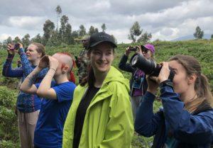 Ylva rakk å få med seg flere aktiviteter før hun skadet kneet. Her er hun på tur i fjellene i Rwanda for å se på aper. Det er Ylva i grønn jakke.