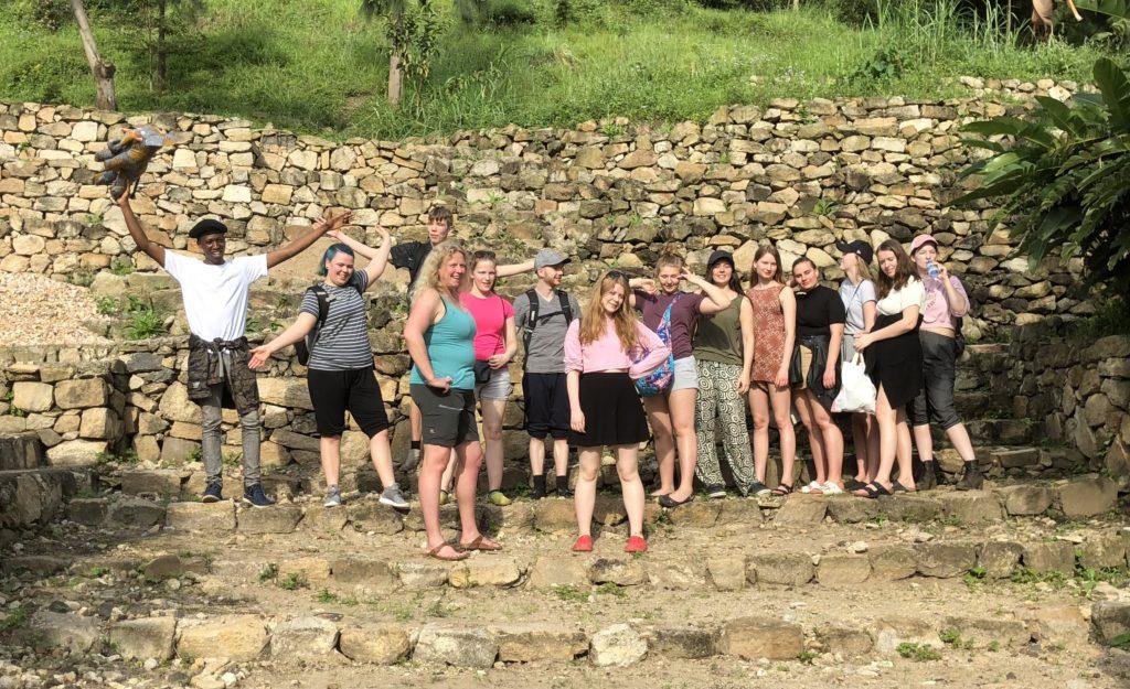 Elevene fra Toten folkehøgskole var på en vandretur rundt i byen Gesenye og tok også en tur opp på byfjellet. Ylva er jenta med rosa caps helt til høyre i bildet. Rektor Live Hokstad står forrest med turkis singlet.