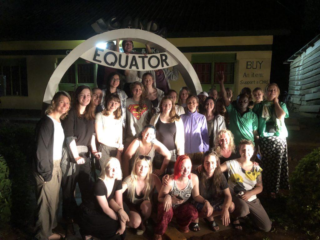 Ylva krysset ekvator sammen med medelevene på Toten folkehøgskole. Med krykker og godt humør fikk hun utbytte av resten av studieturen på tross av skaden i kneet.