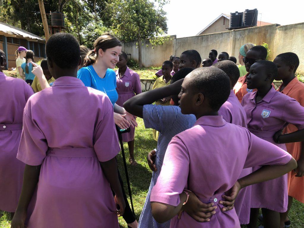 Ylva møtte mange som var nysgjerrige på hvorfor hun gikk med krykker. Her er det fra jenteskolen i Kampala, Uganda, som Toten folkehøgskole hadde et samarbeidsprosjekt med.