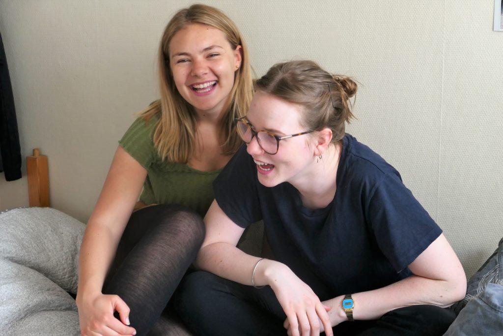 To jenter (19) fra Romerike folkehøyskole ler høyt. Vennskap.
