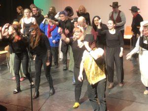Elevene ved Ringerike folkehøgskole var kledd i svart mens kursdeltakerne var ekte cowboyere i linedancen