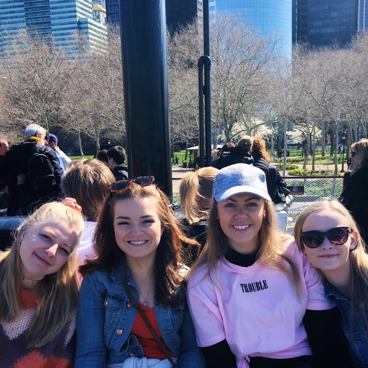 Fire jenter fra Skiringssal folkehøgskole på studietur til New York.