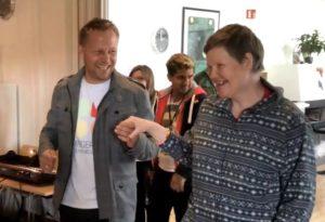 Rektor Morten Eikenes var også med i dansen på aktivitetsdagene på Ringerike folkehøgskole