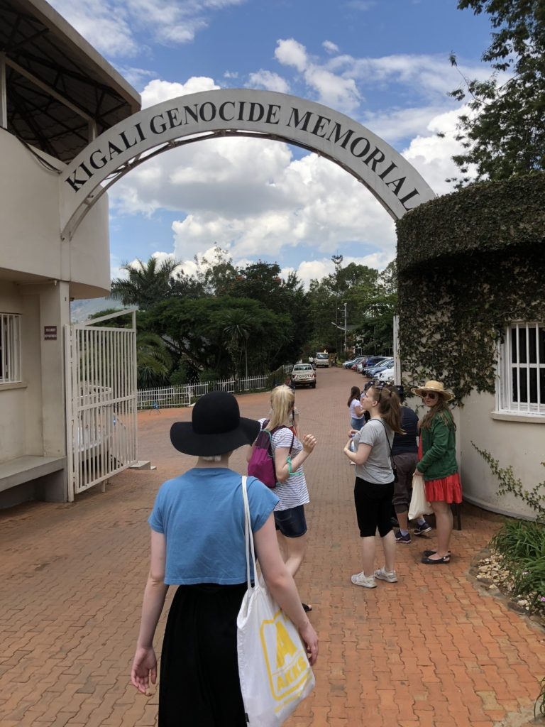 Elevene fra Toten folkehøgskole er på vei inn på Kigali Genoside Memorial