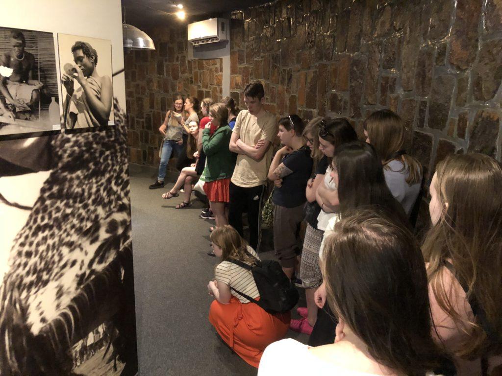 Utstillingen og informasjonen som elevene ved Toten folkehøgskole fikk på Genoside Memorial gjorde et stort inntrykk