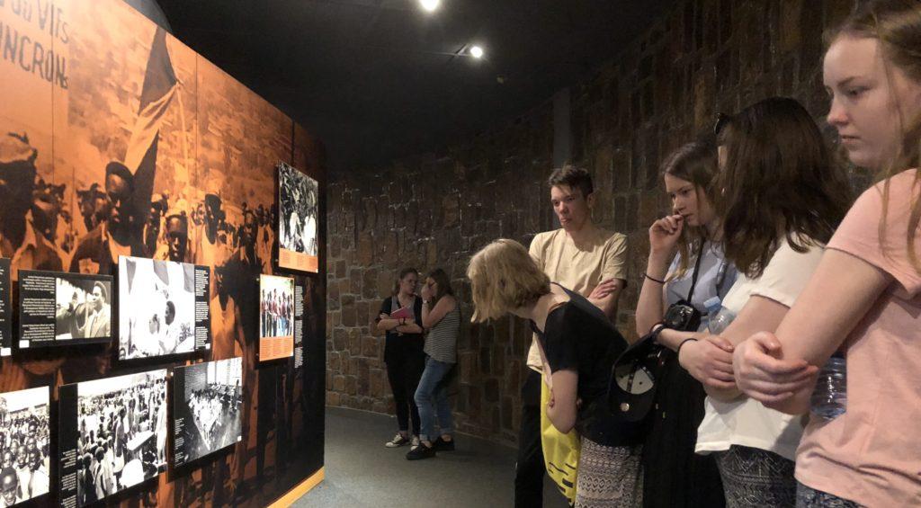 Utstillingen på Genoside Memorial i Kigali i Rwanda gjorde et stort inntrykk på elevene fra Toten folkehøgskole